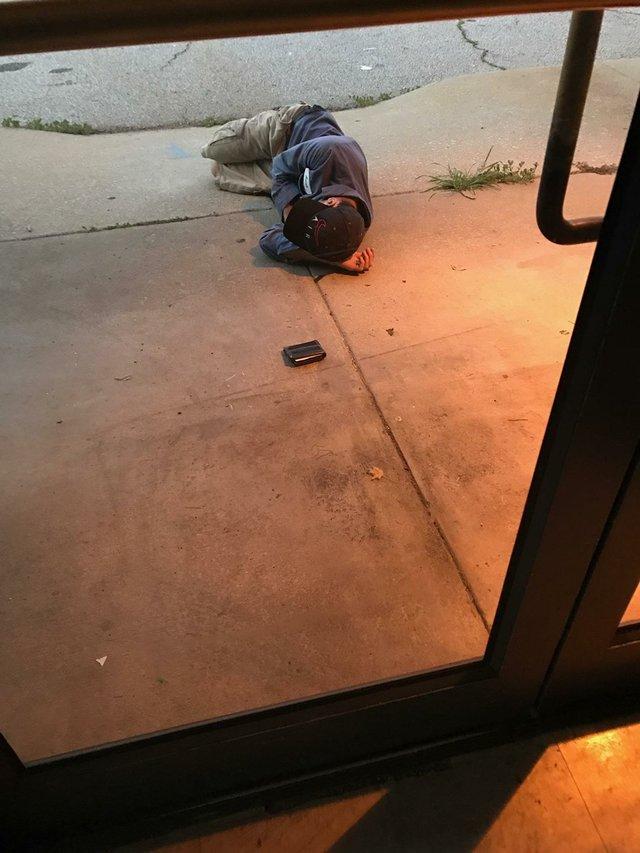 Bezdomny spał przed schroniskiem dla zwierząt. Był zdesperowany