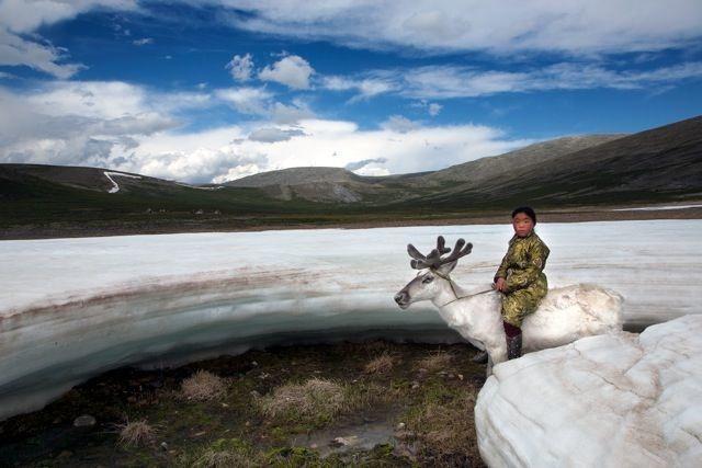 Zapierające dech w piersiach zdjęcia z wnętrza mongolskiego plemienia