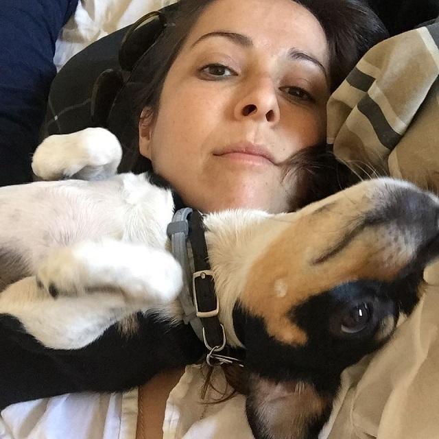 Kobieta adoptowała psa ze schroniska. Szybko odkryła, że czworonóg różni się od innych psów
