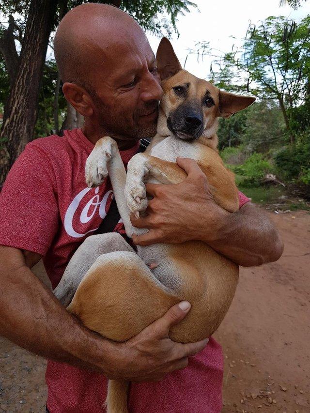 Mężczyzna uratował suczkę z farmy psiego mięsa. Ona podziękowała mu w najpiękniejszy sposób