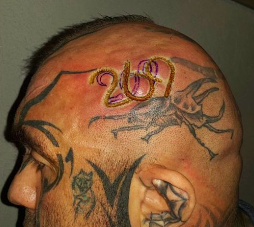 """Coraz więcej ludzi tatuuje sobie na ciele liczbę """"269"""". To ważny znak"""