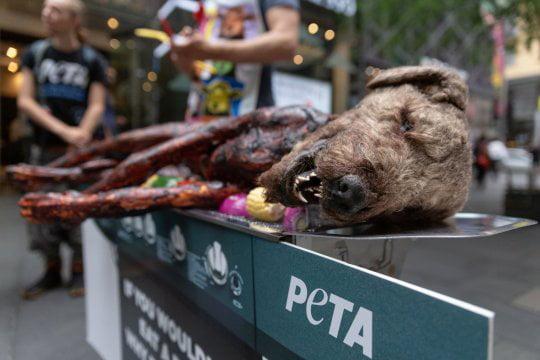Pies z grilla w środku miasta. Ludzie są oburzeni nietypową akcją PETY