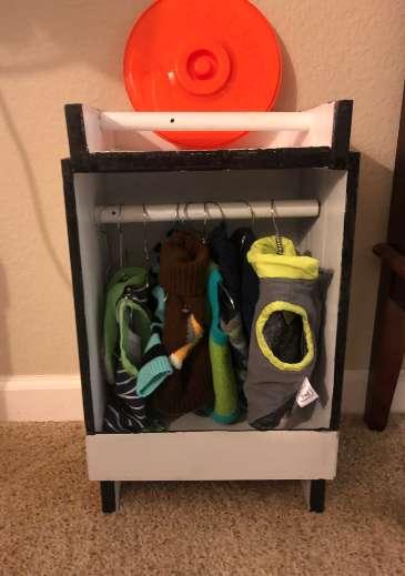 Tata zbudował specjalną szafę dla psa, który kocha ubranka. Efekt jest przesłodki!