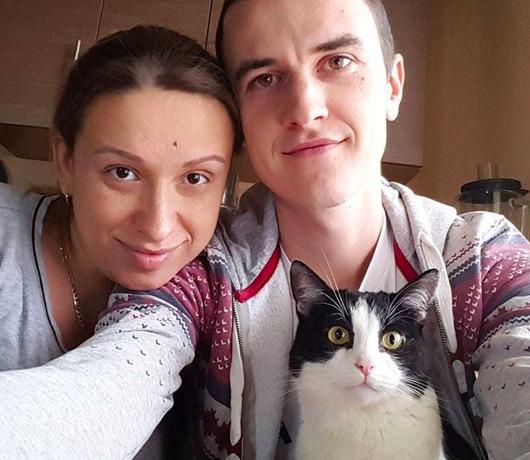 Rozwinęli 100 rolek papieru toaletowego po pokoju, a następnie wpuścili do niego kota