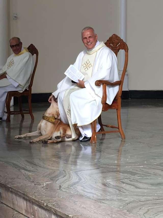 Obcy pies zaczepiał księdza w czasie mszy. To niesamowite, jak zareagował kapłan