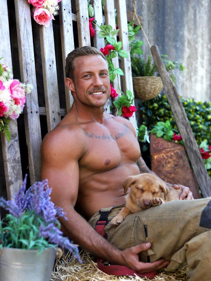 Australijscy strażacy po raz kolejny zapozowali do zdjęć ze zwierzakami. Zrobiło się gorąco!