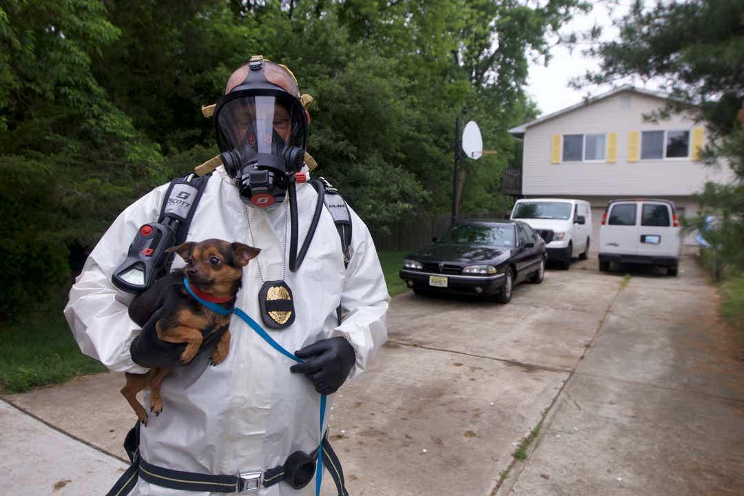 Policjanci szukali zabłąkanego psa. W jednorodzinnym domu natknęli się na przerażającą scenę