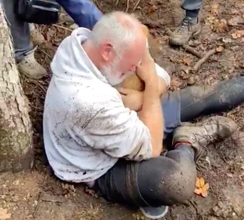 Mężczyzna płakał ratując swojego małego psa, który utknął w dziurze