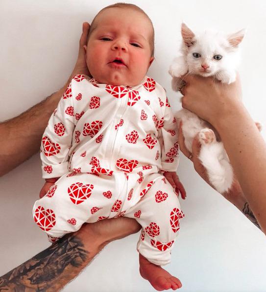 Kobieta w ciąży przyjęła pod swój dach ciężarną kotkę. Obydwie urodziły w ten sam dzień